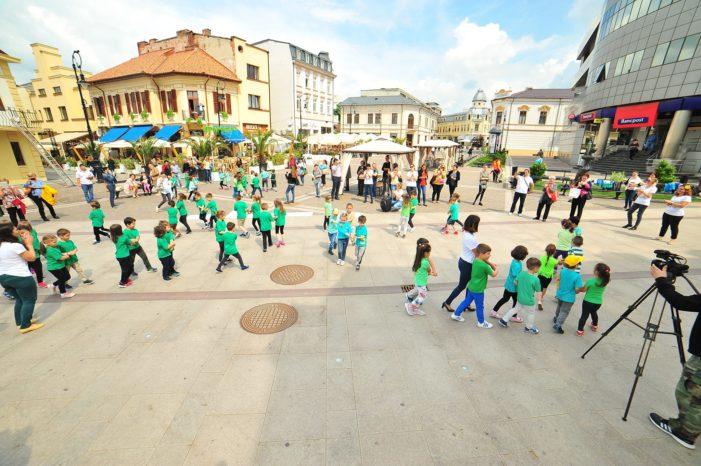 Preșcolarii de la Grădinița Petrache Poenaru au dansat pentru mediu în centrul Craiovei