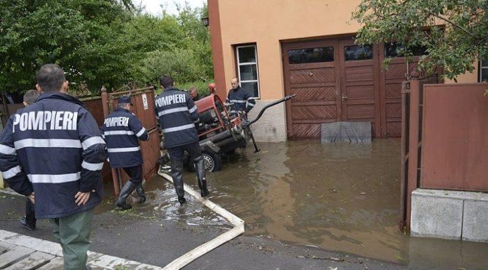 Valcea: Inundaţii în localitatea Ocnele Mari. Pompierii intervin chiar în aceste momente