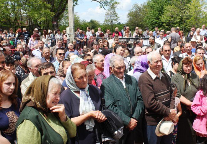"""Gorj:  IPS Irineu a sfinţit Biserica """"Izvorul Tămăduirii"""" din Baia de Fier"""