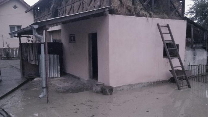 Ploaia a făcut prăpăd in Valcea: Zeci de gospodarii au fost inundate, mai multe drumuri si poduri au afectate