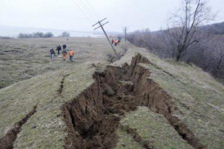 Valcea: Alunecări de teren la Valea Mare si Aluniș