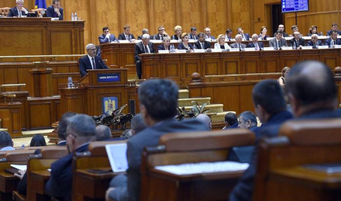 """Deputatii au respins moţiunea """"Educaţi România, nu o pesedizaţi!"""""""