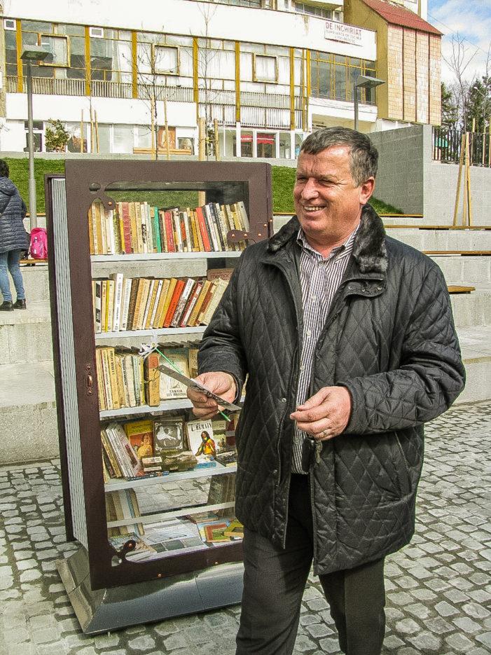 """Proiectul """"Râmnicul citeşte"""": sute de cărţi îi aşteaptă pe trecători să le răsfoiască paginile"""