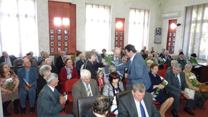 Ramnicu Valcea: În aşteptarea Sărbătorii de Paşti, la Primăria municipiului au fost premiate 33 de cupluri cu ocazia aniversării unei jumătăţi de veac de căsnicie