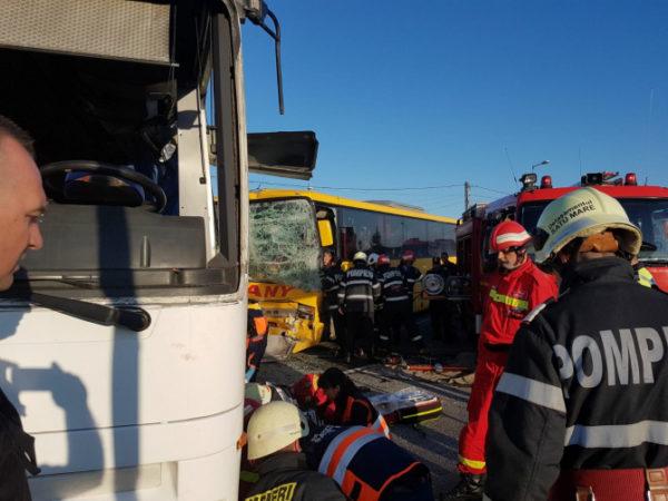 Accident grav: Un TIR a intrat într-un autobuz plin cu muncitori