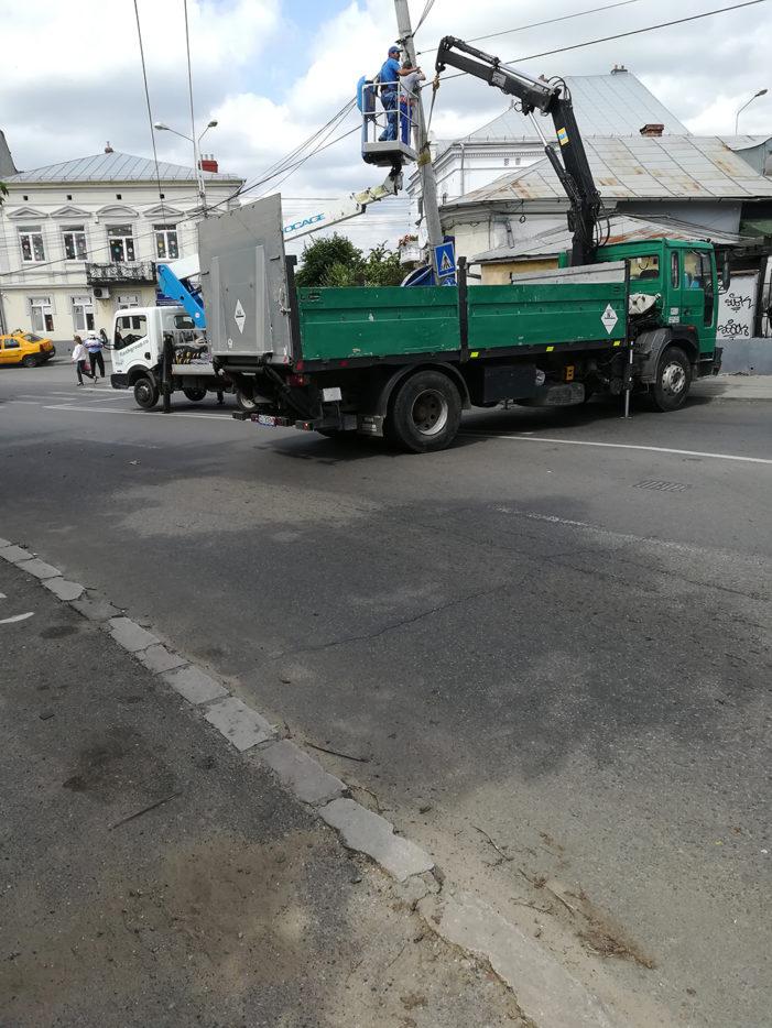 Craiova: Stâlp de iluminat căzut pe o stradă