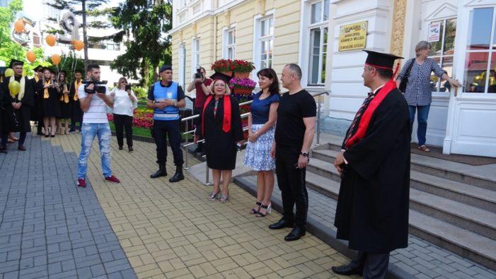 """Absolvenţii de la """"Lahovari"""" au salutat Primăria municipiului"""