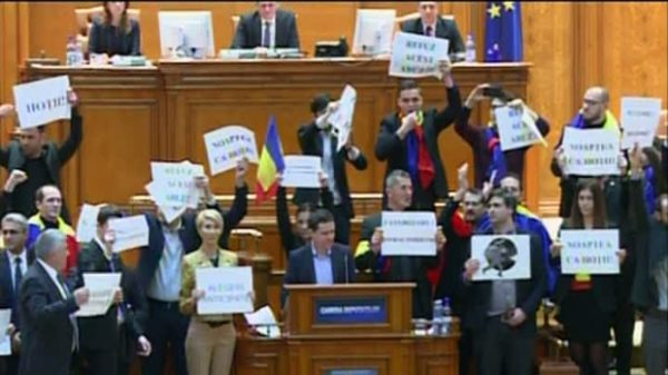 """Textul moţiunii de cenzură a PNL : """"Opriți Guvernul marionetă!"""""""
