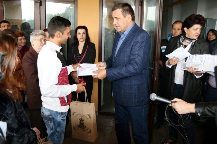 Valcea: 40 de familii valcene se muta in casa noua. Gigi Matei a înmânat cheile beneficiarilor noilor locuinţe sociale