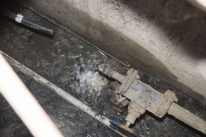 Mehedinti: Prinsi de jandarmi în timp ce sustrăgeau țevi de la rețeaua de canalizare a orașului
