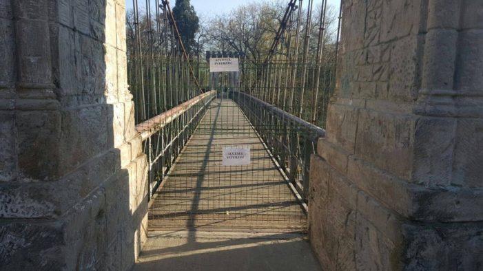 Craiova: Accesul pe podul suspendat din Parcul Romanescu a fost restrictionat