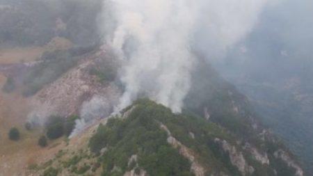 Mehedinti: Zeci de pompieri, jandarmi și silvicultori actioneaza la stingerea incendiului din Parcul Național Domogled – Valea Cernei