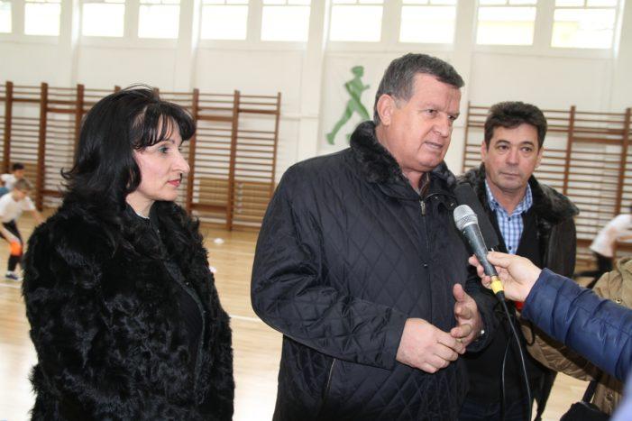 Primarul Mircia Gutău şi viceprimarii Carmen Preda şi Eusebiu Veţeleanu au inaugurat lucrările de modernizare realizate la sala de sport a Şcolii Gimnaziale nr. 5