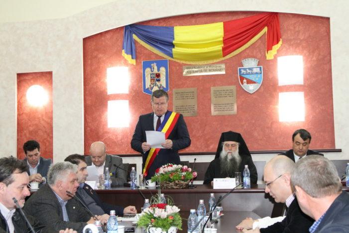 Ramnicu Valcea: Consilierii locali au semnat declaratia de sustinere a unirii Basarabiei cu Romania