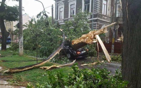 Prapad in Vâlcea: Acoperişuri smulse, zeci de copaci cazuţi pe cladiri si carosabil