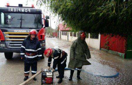 Valcea: Zeci de gospodarii inundate si fara curent electric