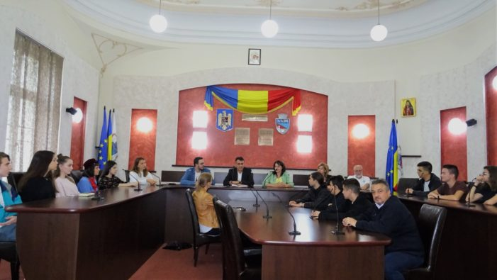 Ramnicu Valcea: Tineri din cinci ţări au vizitat Primăria municipiului