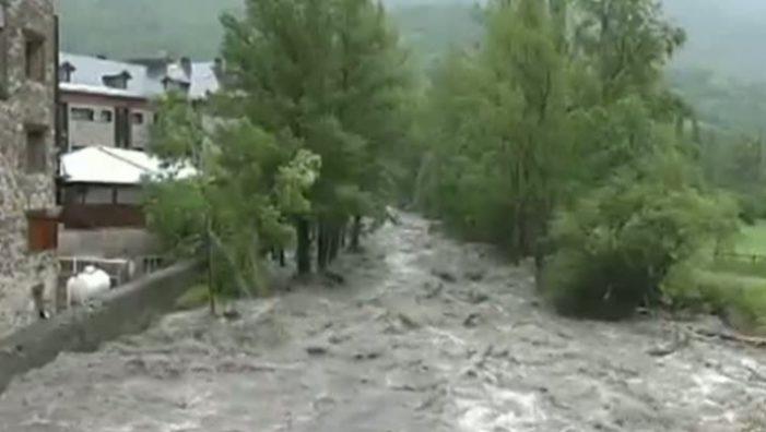 Cod roșu de inundații pe râuri din județele Vâlcea si Gorj