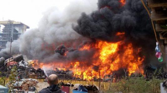 Craiova: Incendiu la un centru de dezmembrari auto