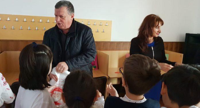Prin grija Primăriei municipiului, cadourile de la Moş Crăciun au ajuns la prichindeii Râmnicului