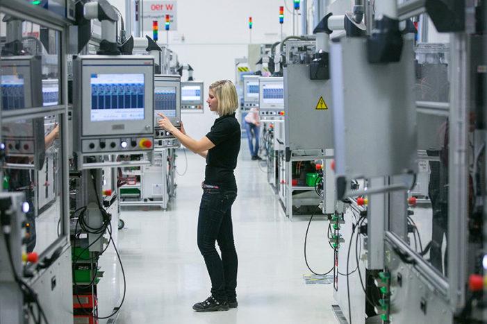 INS: Industria a înregistrat în februarie o creştere a producţiei cu 1,9%