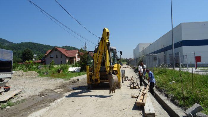 Continuă lucrările de reabilitare a unor străzi din cartierele mărginaşe ale Râmnicului