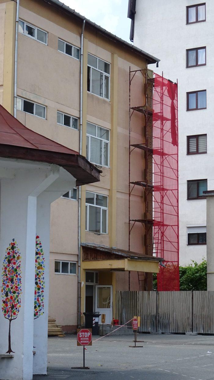 """Primăria Râmnicu Vâlcea reabilitează termic, cu finanţare europeană, clădirile a trei unităţi şcolare din municipiu – lucrările la CNI """"Matei Basarab"""" sunt în plină desfăşurare"""